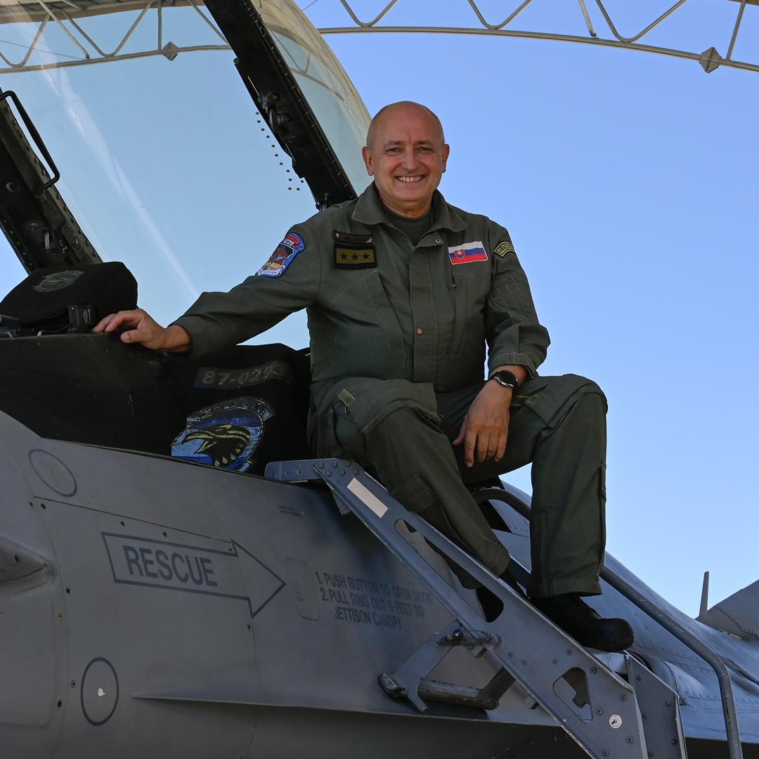 """Plukovník Tomáš Novotný: """"Túžba lietať je vlastná každému chlapcovi."""""""