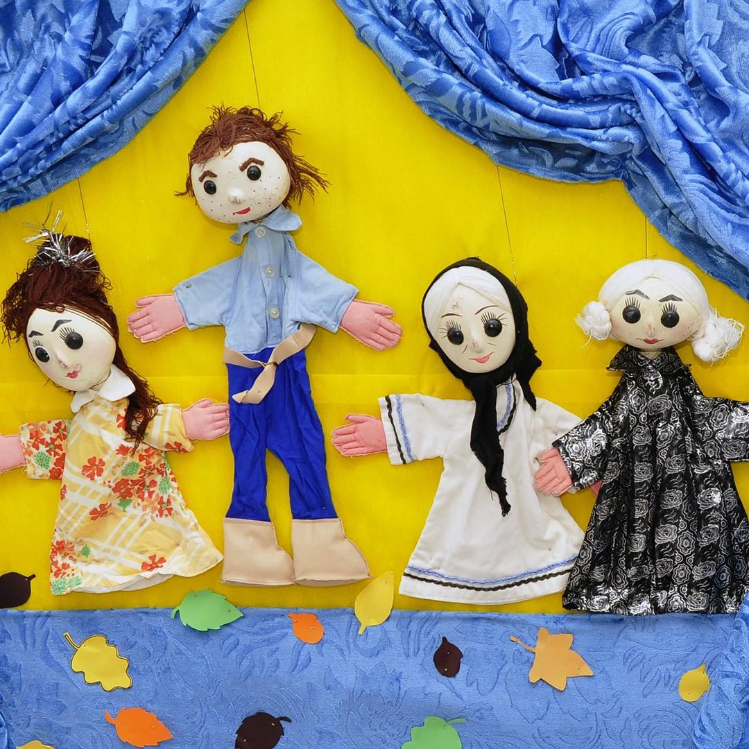 Dejiny bábkarstva tak, ako ich nepoznáte. Skrytý, avšak trefný odkaz pre deti i dospelých!